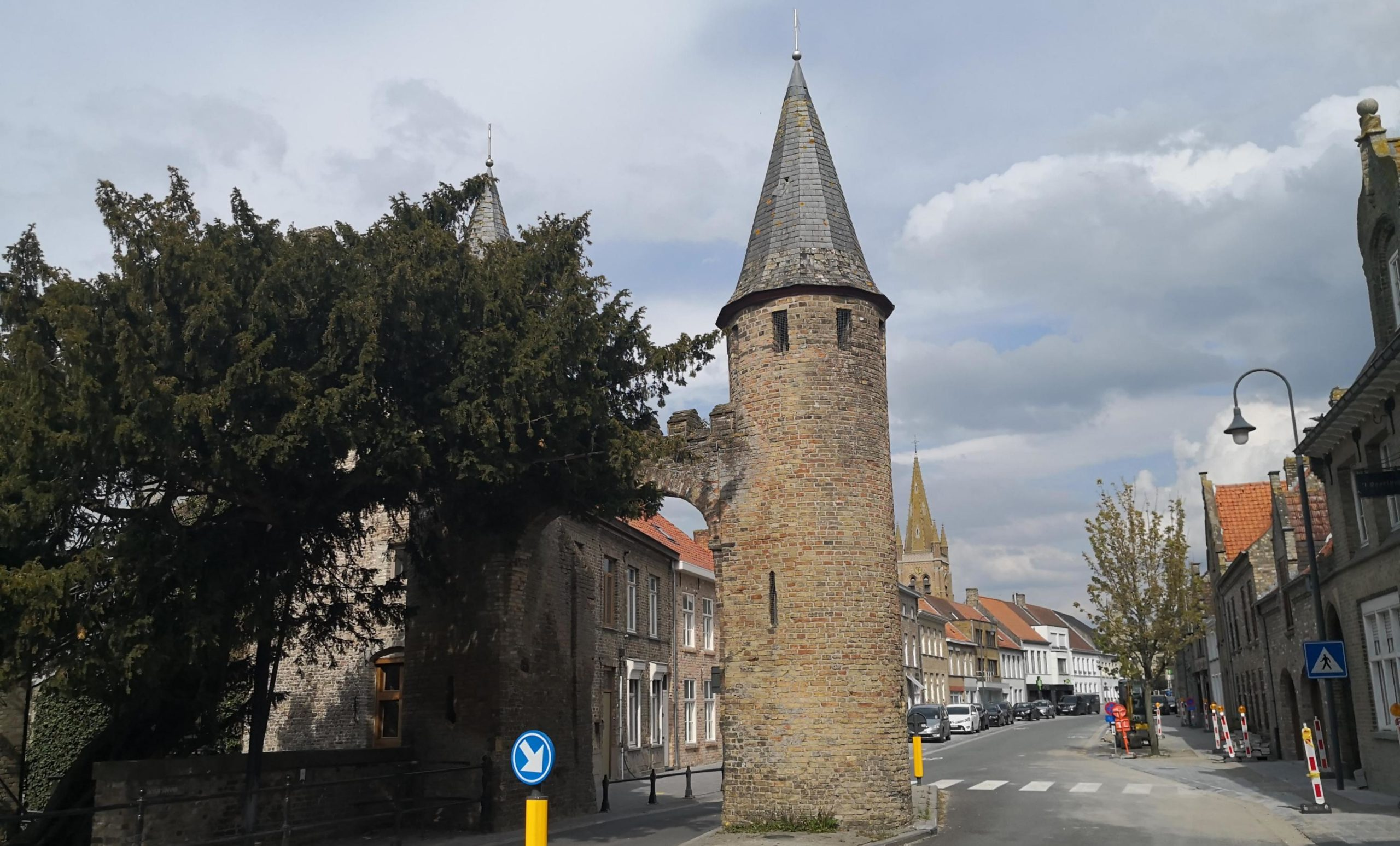 Lo la porte médiévale et l'if centenaire